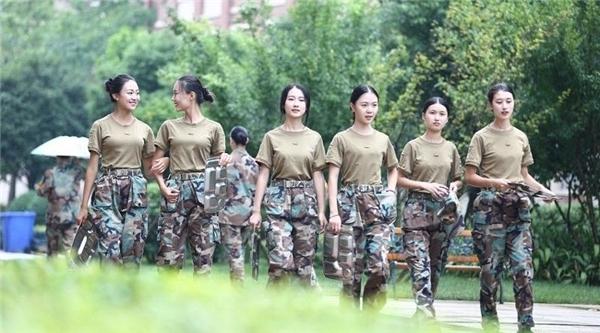 Những nữ sinh học quân sự xinh hơn hoa hậu nhanh chóng khiến cả trường náo loạn