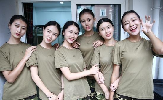 Cả sáu bóng hồng ngay lập tức nổi bật nhất trong các sinh viên năm nhất.