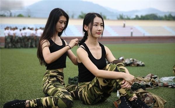 """Mặc dù mặc quân phục nhà binh nhưng vẻ đẹp toát ra từ thần thái, đường nét của các nữ sinh khiến bất kìtrái tim nào cũng """"tan chảy"""""""
