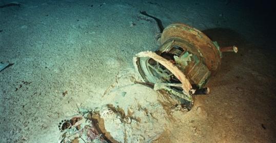 Một số chi tiết còn sót lại của máy điện báo trong buồn chỉ huy.Vào ngày 14/4/1912, trạm radio của tàu Titanic đã được cảnh báo 6 lần về khả năng đâm vào băng ở vùng Bắc Đại Tây Dương.