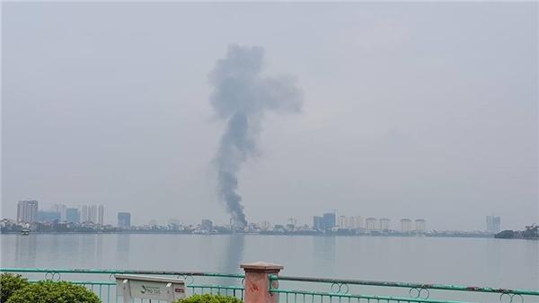 Từ khoảng cách rất xa, nhìn từ bên này Hồ Tây đám cháy xe bus bốc cháy tạo thành cột khói đennghi ngút