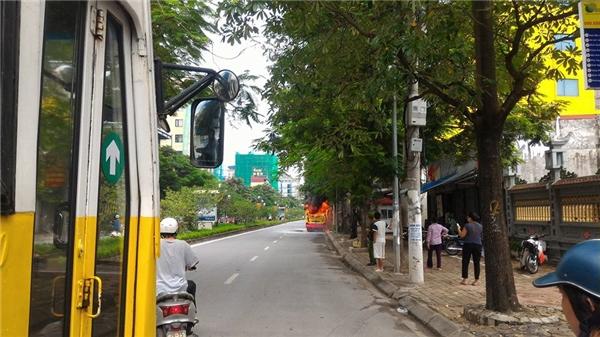Chiếc xe bốc cháy ngay gần cổng chùa Thiên Niên, rất may vào ngày chủ nhật, nơi đâycó ít phương tiện qua lại