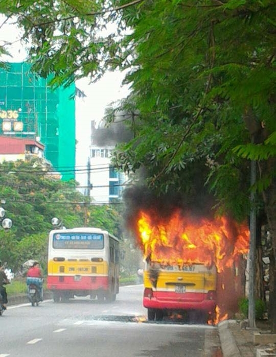 Chiếc xe bốc cháy rừng rực, ngọn lửa bén vào mộtsố dây điện khiến nhiềuhộ dân khu vực lân cận bị mất điện cục bộ.