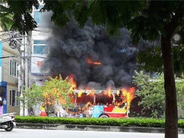 Xe bus cháy dữ dội khi đang lăn bánh, hành khách chạy tán loạn