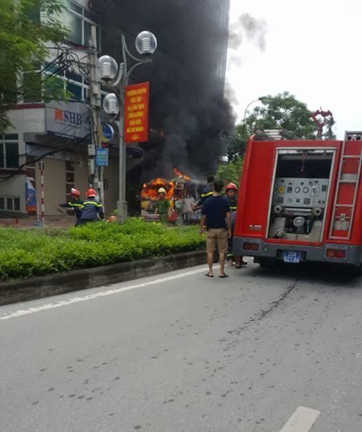Nhận được tin báo, lực lượng PCCC công an Hà Nội đã có mặt chữa cháy, ngăn không cho đám cháy lan rộng sang các khu vực lân cận.