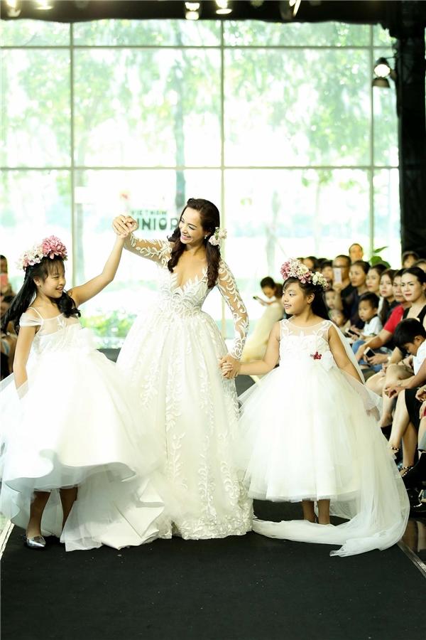 Hai cô con gái của Thuý Hạnh góp mặt trong bộ sưu tập đặc biệt này với vai trò vedette cùng mẹ.