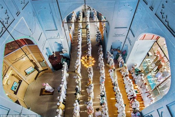 Các tín đồ đứng thành hàng ở một nhà thờ Hồi giáo tại Varanasi, Uttarpradesh, Ấn Độ.