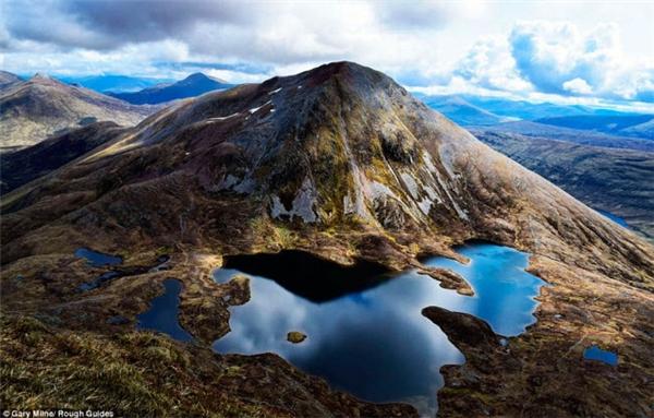 Scotland đẹp như khung cảnh trong truyệnChúa nhẫn. Bức ảnh này được chụp trong một chuyến thám hiểm ở Đông Mamores.