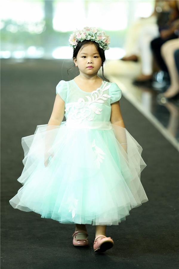 Mang tông màu chủ đạo là trắng và pastel dịu ngọt, trang phục của Luciola mang tính ứng dụng cao dành riêng cho những bé gái. Những chiếc váy được thiết kế tỉ mỉ từng chi tiết, thể hiện qua đường cắt may, ráp nối, xử lí gọn gàng, khéo léo.