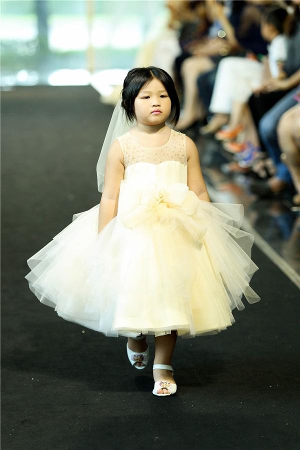 """Thúy Hạnh cùng hai con gái hóa cô dâu làm """"náo loạn"""" sàn catwalk"""