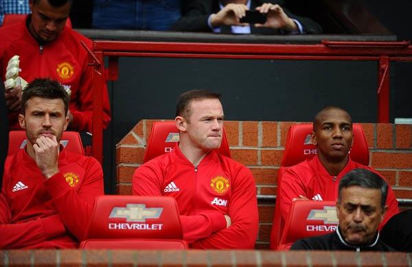 Mourinho dũng cảm để Rooney trên ghế dự bị trong trận gặp Leicester City.