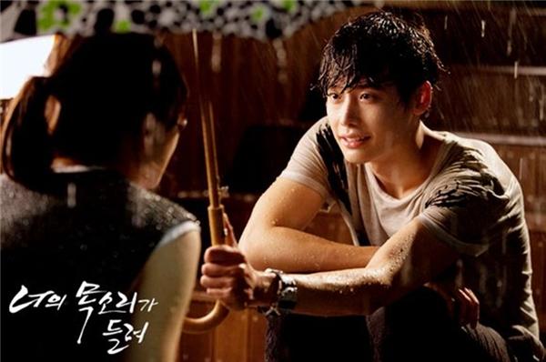 Trong phim I hear your voice, Lee Jong Suk đãhoàn toàn đốn tim fan với nhữngcử chỉ quan tâmhết mựcdành cho đàn chị Lee Bo Young.