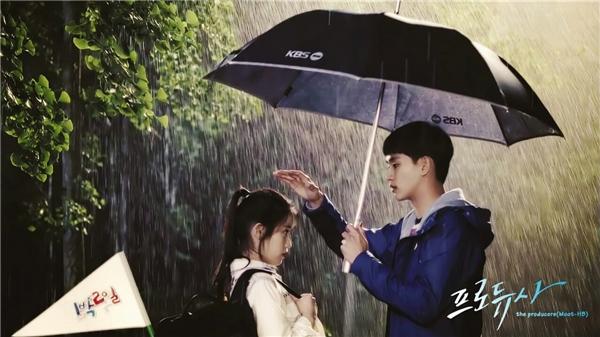 """Hành động """"che mưa, che gió"""" cho IU của nam diễn viên điển trai Kim So Huyntrong phim Bầu sô tập sựđã giúp anh chàng tạo được ấn tượng khó phaitrong lòng người hâm mộ."""