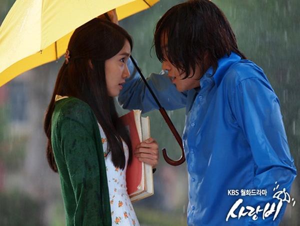 """Yoonađã từng khiến không ít cô gái phải ganh tị khi có mối tình ngọt ngào và lãng mạnvới nam thần """"vạn người mê"""" Jang Geun Suk trong bộ phim Cơn mưa tình yêu."""