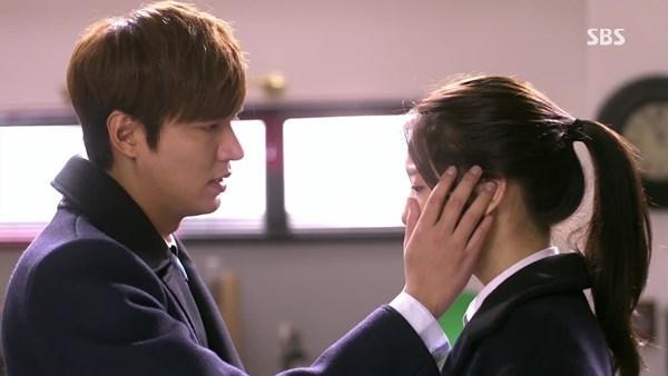 """Kim Tan trongphim Người thừa kếkhông chỉ gây sốt với ngoại hình bảnh bao, lịch lãm mà còn bởi vì những cử chỉ yêu thương chuẩn """"soái ca"""" dành cho Eun Sang."""