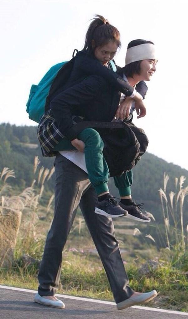 """Cõng là hành động được nhiều nam thần xứ Hàn """"ứng dụng"""" trong phim để thể hiến sự yêu thương vàtrân trọng đối với bạn gái."""