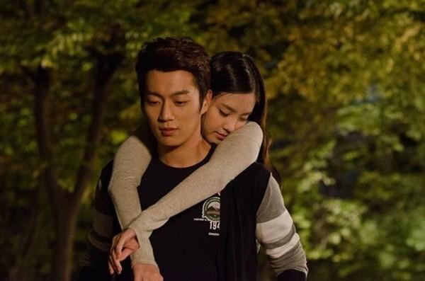 Trong bộ phim điện ảnh hài Cưới nhầm Mafia, Doo Joon đã có một cảnh phim khá lãng mạn với nữ ca sĩ Son Na Eun (A Pink).