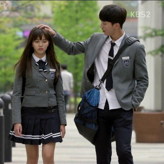 Nam Joo Hyuk cũng đặc biệt rất thích xoa đầu bạn diễn đôiKim So Huyn trong bộ phim School 2015.