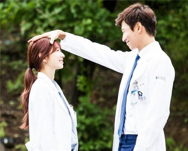 Trong phim Chuyện tình bác sĩ, Park Shin Hye đã tỏ rarất thích thú khi được người yêu ân cần xoa đầu.