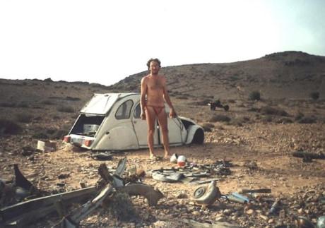 Chiếc Citreon 2CVsau vụ tai nạn trở thành một đống sắt vụn vàEmilemột mình bơ vơ giữa sa mạc