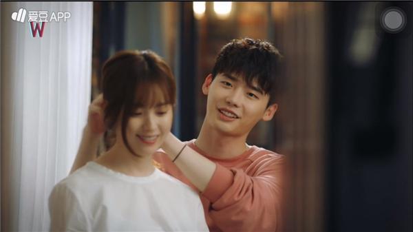 Trong bộ phim truyền hình nỏi tiếng Hai thế giới, nữbác sĩ Oh Yeon Joo đã khiến hàng triệu cô gái phải ghen tị khi được chàng giám đốc Kang điển trai nhẹ nhàng cột tóc.