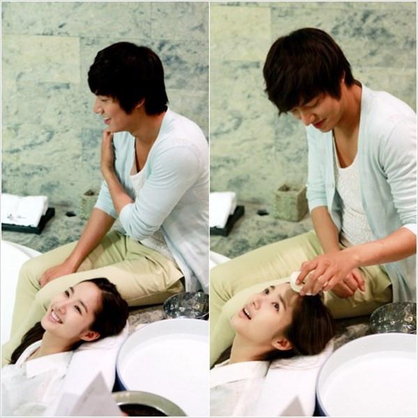 Trong Thợ săn thành phố, nam tài tửLee Min Ho và nữ diễn viênPark Min Young có đã có những phân cảnh thân mật rất đáng yêu bên nhau, đặc biệt làcảnh gội đầu cho đối phương.
