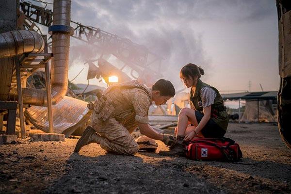 """Yêu là phải săn sóc bạn gái """"từ tóc đến dây giày"""" như Trung úy Yoo đây nhé."""