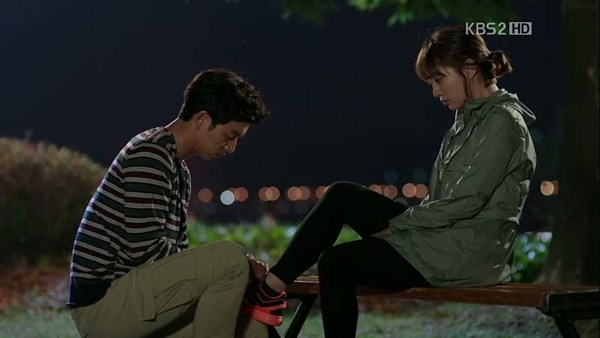Gong Yoo cũng là một trong những sao nam rấtlịch thiệp khi tận taygiúp Min Jung mang giày trong bộ phim truyền hình Big.