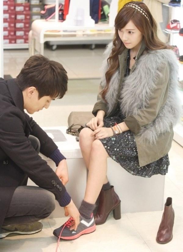 Trong phim Wild Romance, tài tử Lee Dong Wook cũngđãtừnggiúp bạn diễn Jessica buộc lạidây giày.
