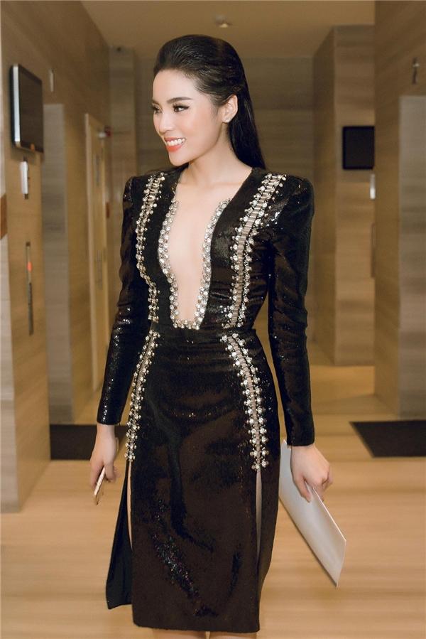 Bộ váy được thiết kế táo bạo với đường xẻ ngực sâu đến rốn. Hai bên xẻ tà cao và trang trí bằng kim băng đính đá làm tôn lên vẻ gợi cảm, quyến rũ của người mặc.