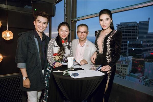 Kỳ Duyên hội ngộ ca sĩ Chí Thiện cùng nhiếp ảnh gia nổi tiếng Phạm Hoài Nam trên ghế giám khảo.