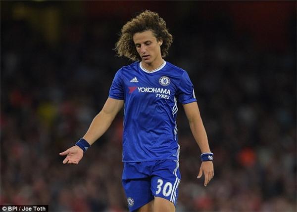 Chelsea thảm bại: David Luiz mang đến sự thất vọng.