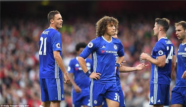 Chelsea thảm bại: Luiz vẫn chưa thay đổi được lối chơi.