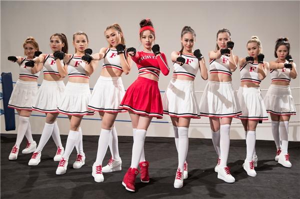Trong MV Fighting Fighting phiên bản dance, Chi Pu cùng các nữ vũ công khoe vũ đạo đẹp mắt trên võ đài. Nữ diễn viên mặc trang phục tông đỏ nổi bật, tóc búi cao trẻ trung, năng động nhưng không kém phần ấn tượng.