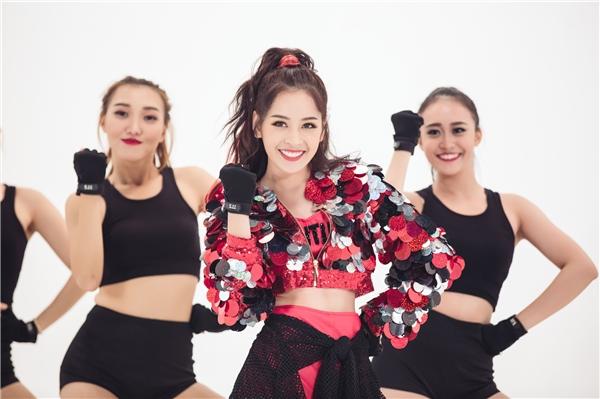 Ca khúc này là một sáng tác của Trang Pháp, được Dương Khắc Linh phối khí và Khương Vũ (ChaiDao) đạo diễn phần MV. Chi Pu từng gây chú ý khi biểu diễn ca khúc này tại sự kiện Viral Fest Asia ở Bali, Indonesia, chung sân khấu với biểu tượng gợi cảm Hàn Quốc - HyunA và dàn sao châu Á đình đám.