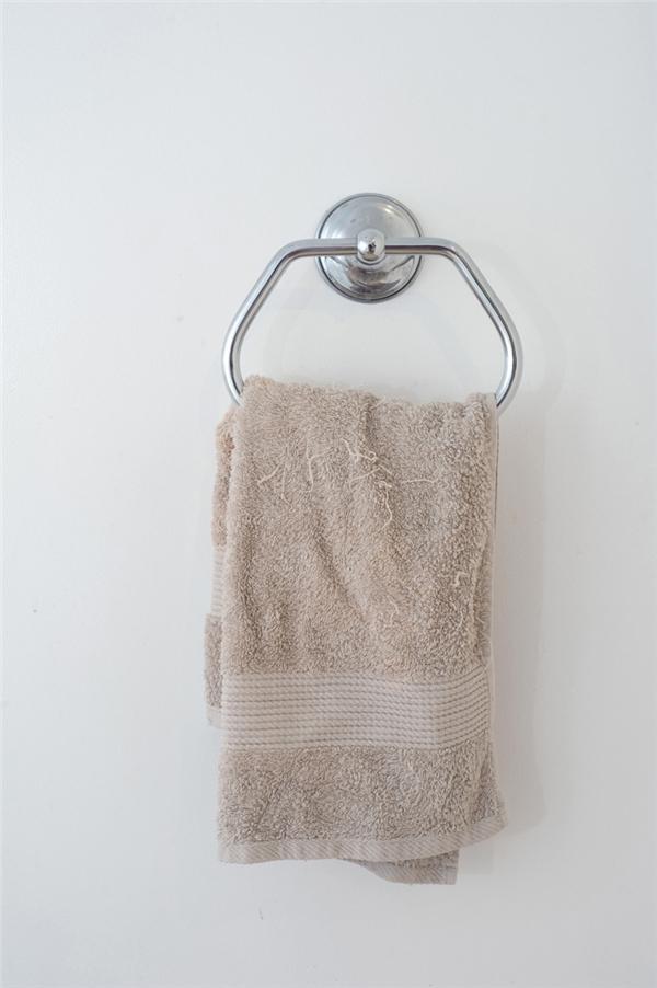 Khăn tắm: Nếu để ý bạn sẽ nhận thấy khăn tắm ướt tỏa ra một thứ mùi khá khó chịu sau khi lau xong, đó chính là mùi do nấm mốc và vi khuẩn gây ra. Nếu dùng chung khăn, bạn rất dễ bị lây vi khuẩn từ người khác, chẳng hạn vi khuẩn đau mắt đỏ và mụn. Bạn cũng nên giặt sạch khăn tắm sau 4 lần sử dụng.