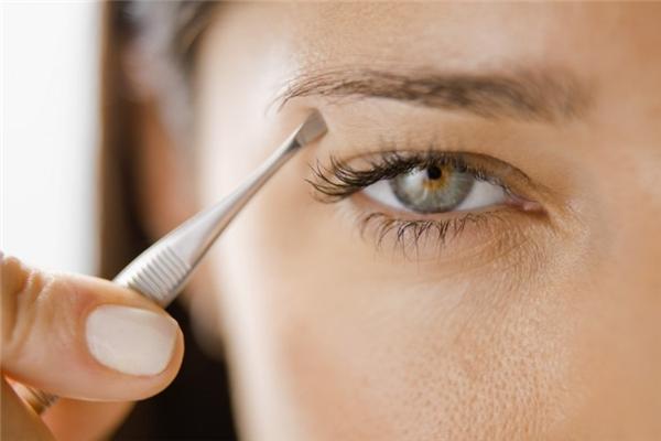Nhíp: Nếu dùng nhíp để nhổ lông mày hay tóc thì không sao, nhưng nếu để nhổ những sợi lông mọc ngược trong da hay để rút giằm hoặc làm những việc có tiếp xúc với máu hoặc chất dịch cơ thể thì nguy cơ khiến bạn lây lan những căn bệnh qua đường máu như HIV hay viêm gan C là rất cao. Nếu trong trường hợp phải dùng gấp nhíp của người khác, hãy nhúng rửa nó qua cồn trước.