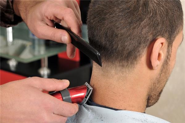 Tông đơ cắt tóc: Trừ khi đó là những chiếc tông đơ đã được vệ sinh sau mỗi lần dùng như ở ngoài tiệm cắt tóc, còn thì dùng chung tông đơ sẽ khiến bạn nhiễm bệnh da đầu từ người khác.