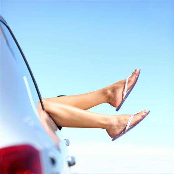 Dép kẹp: Nhiều mầm bệnh nguy hiểm có thể lây lan qua lại giữa các kẽ ngón chân và dép kẹp, đặc biệt là những chiếc dép ướt. Bạn sẽ không muốn mình bị lây mụn cóc, nấm ngón chân hay nứt kẽ chân từ người khác đâu.