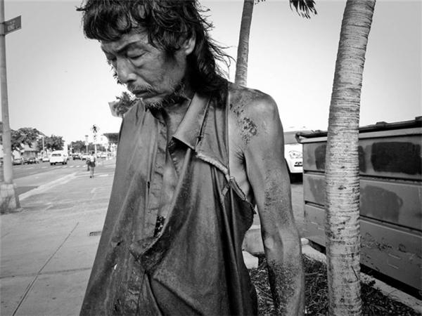 Kim vô cùng sốc khi bắt gặp cha mình tiều tụy trong dáng hình của một người vô gia cư