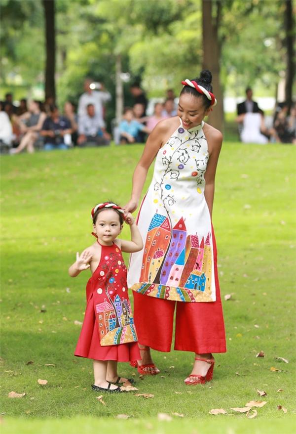 Bé Sol nhà Đoan Trang khiến mọi người vô cùng hào hứng trước màn catwalk lém lỉnh, đáng yêu.