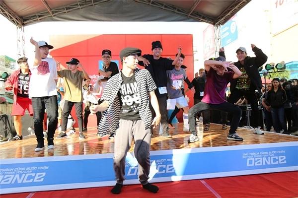 Sơn Lâm và màn nhảy khởi động hoành tráng cùng các thí sinh tại Cần Thơ. - Tin sao Viet - Tin tuc sao Viet - Scandal sao Viet - Tin tuc cua Sao - Tin cua Sao