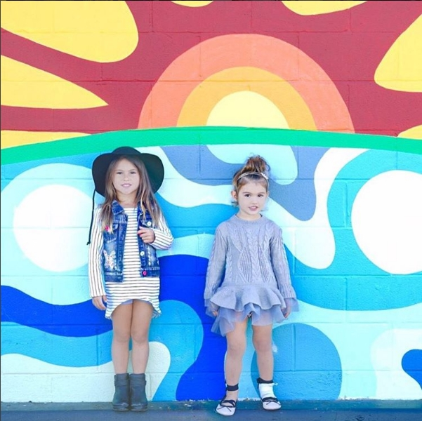 Hai bé cógu thời trang rất sành điệu và luônkết hợp ăn ý với nhau.