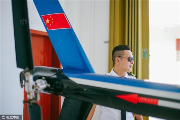 Cần cù dạy học, thầy giáo nghèo mua hẳn máy bay riêng