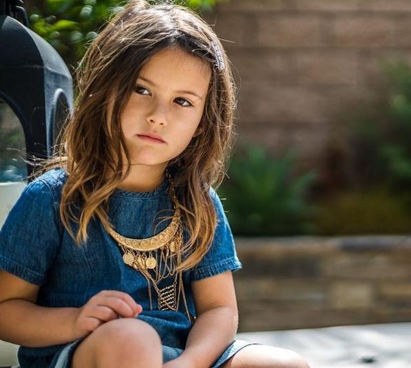 Mặc dù còn nhỏ tuổi nhưng Isabella đã sớm sở hữu dung nhan sắc sảo.