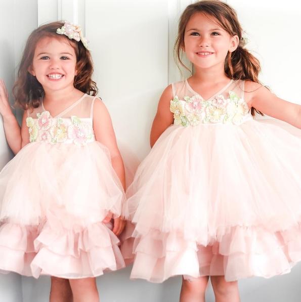 Bộ đầm xòe màu nude đã biến hai cô công chúa nhỏ thành hai thiên thần nhí đáng yêu vô cùng.