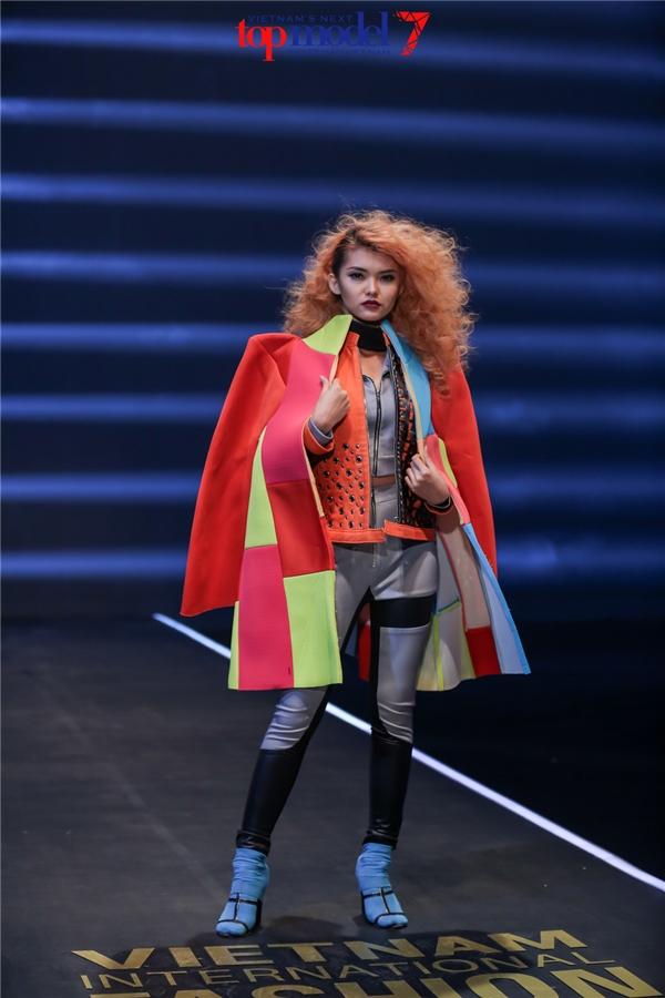 Các thí sinh trong thử thách quay TVC quảng bá cho tuần lễ thời trang.