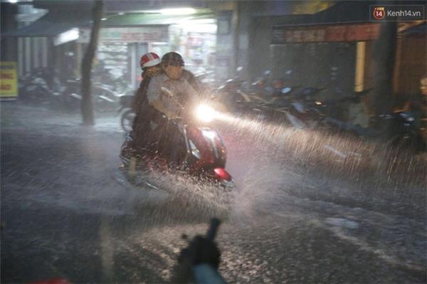 Tại đường Trần Nhân Tôn, Quận 10 hiện đang mưa rất to gây ngập nặng khiến giao thông qua lại khó khăn. Ảnh: Tứ Quý