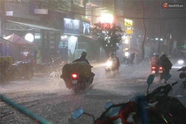 Nước dâng cao từ 0,2 đến 0,4 m. Trời vẫn đang mưa và chưa có dấu hiệu dừng lại. Ảnh: Tứ Quý
