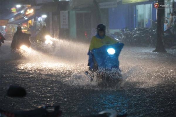 Nước ngập hàng loạt tuyến đường khiến nhiều người dân khổ sở lội về nhà
